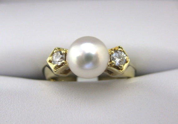 C1760 - 18 Karat Yellow Gold Pearl Ring