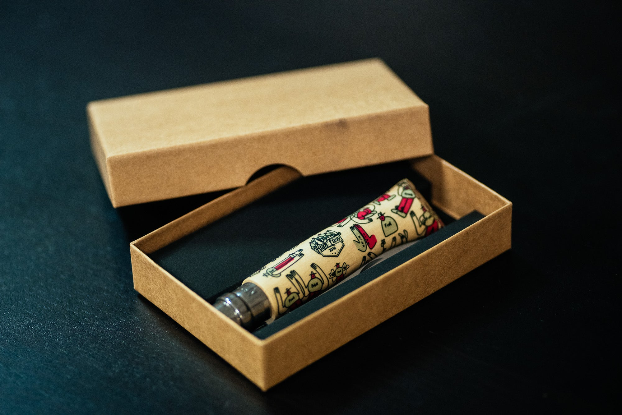 « All High On Me » Couteau Opinel n°8 X Lucas Beaufort ( Bleu ou Rouge )