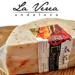 GOURMET Gift Box. (PACK C:ARTISAN CHEESES WITH SPICES and ECO EVOO Bottle) - La Verea Andaluza. Artisan cheeses and olive oil looks ECOLOGICAL, 100% Arbosana Monovarietal. Christmas basket.