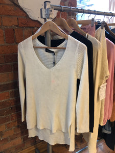 CREAM V NECK KNIT