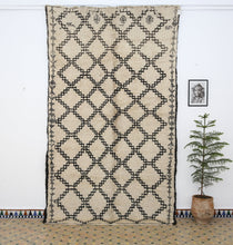 Load image into Gallery viewer, Beni Ouarain berber rug - BW 605 - 325x190 CM