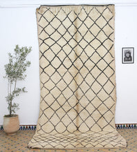 Load image into Gallery viewer, Beni Ouarain berber rug - BW 360 - 410x190 CM