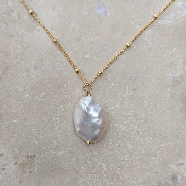 Large petal pearl gold necklace
