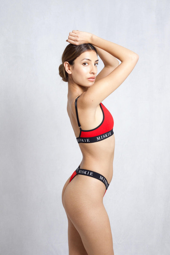 <transcy>Set van rode bralette en string</transcy>