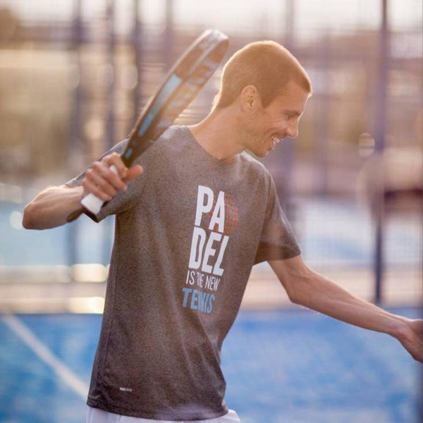 "T-shirt gris avec l'intitulé ""Padel is the new tennis"""