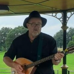 Picture of Gareth Cornfield playing guitar