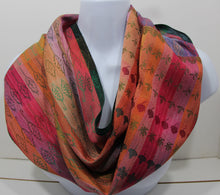 Load image into Gallery viewer, best infinity scraf:This handwoven infinity scarf is woven with silk. Abstract leaves and realistic designs are intertwined.