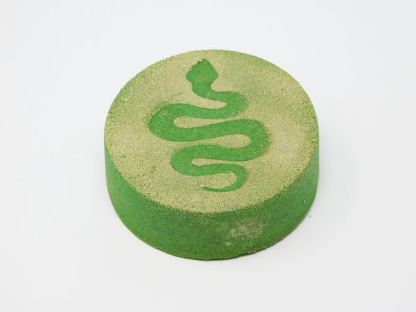 Green bath bomb that smells like lemon, sugarcane, and clover.
