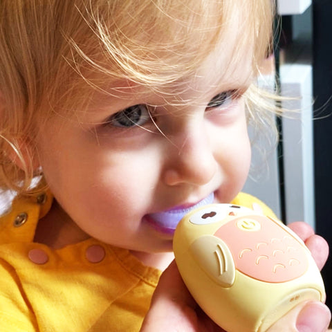 Toddler Girl using EmiSmile Brush happily, easily, and effectively! All teeth, all sides are cleaned in just 45 seconds