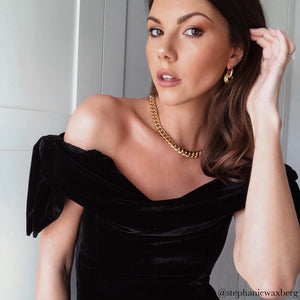 Influencer Stephanie Waxberg Peers styles the Anisa Sojka Gold Chain Link Necklace and Interlocking Hoop Earrings