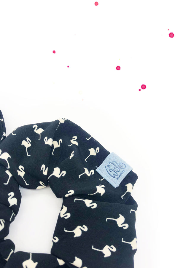 detail von scrunchie haargummi black flamingo