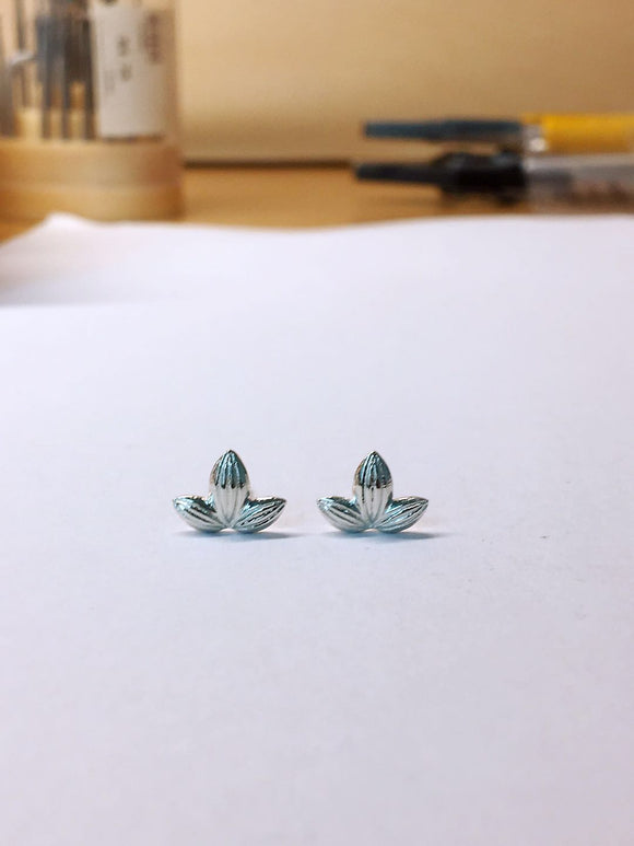 Three leaves stud earrings