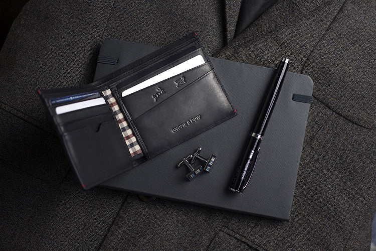 The full-grain leather Linden Billfold in Onyx Black, featuring card sleeves and checked compartment lining, is the contemporary accessory for the man who loves the classics but also appreciates a modern twist.