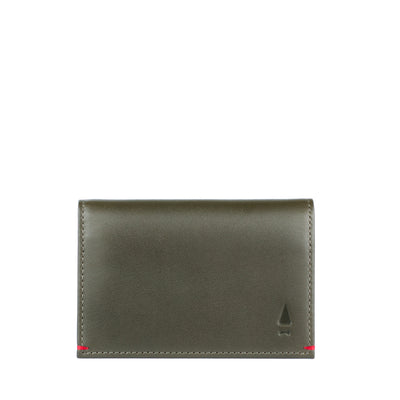 The classy Warren full-grain leather cardholder in Forest Green inspires confidence, just as great conversations would in any social setting.