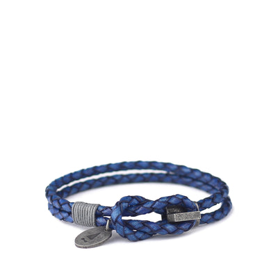 Woven from Italian full grain leather dyed to an antique finish, the Smith braided bracelet speaks volumes of style through its crisp silhouette and refined hardware. Expect a beautiful patina to form over use and time.