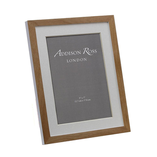 "A lovely frame made from alder wood, with a white finish. The backing is made with  MDF wood. Light in colour but still maintaining a classical feel. Size 4""x6"". Comes boxed."