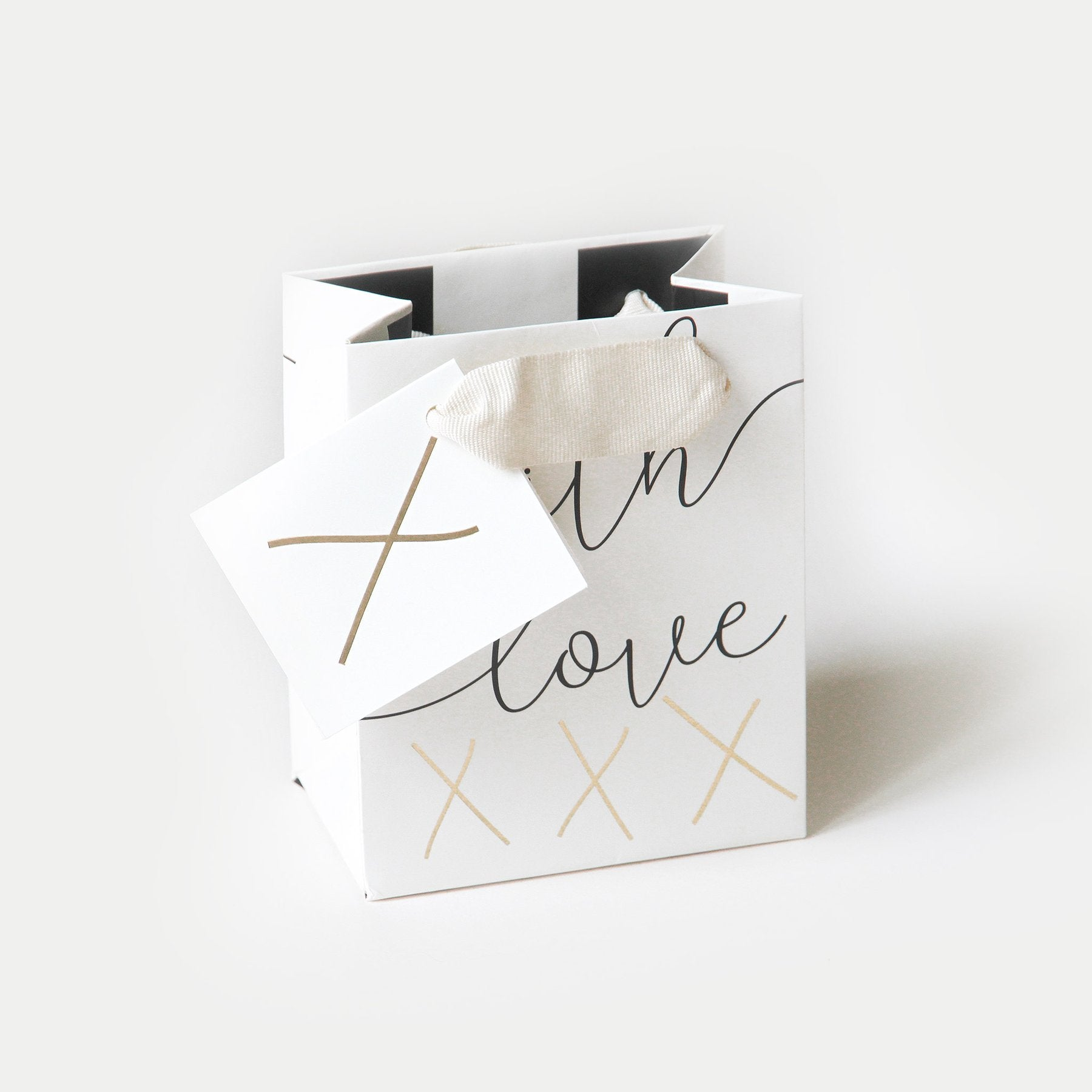 A lovely petite gift bag with matching tag attached. Printed on very thick paper with a matt coating and a comfortable fabric handle.  H135 x W110 x D70mm