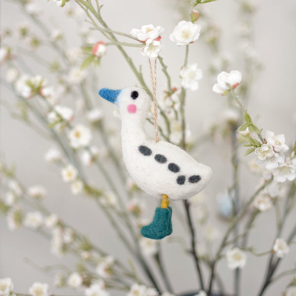 A superb gift or excellent decoration over spring and summer, this Runner Duck felt decoration is complete with little booties. Wrap around your napkins to make a statement on your table or hang up on an indoor plant. A lovely easter, spring and summer decoration.  Dimensions 10 x 12.5cm Made from felt 7cm twine hanging loop