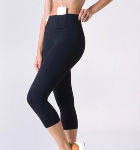 Women's Active Wear Capri Leggings w/ Hidden Waistband Pocket. Black.