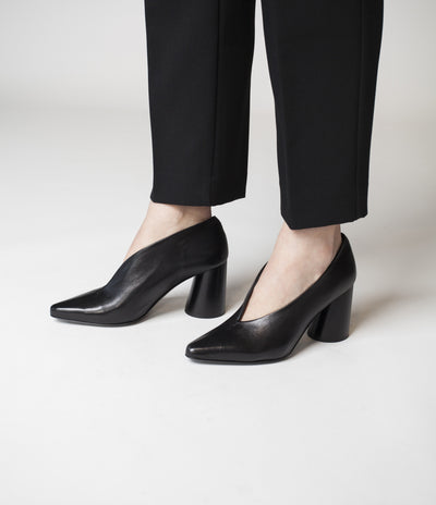 A black Italian leather heel by Halmanera. The 'Gio28' features a wave-cut upper detail, a cylindrical block heel and a pointed