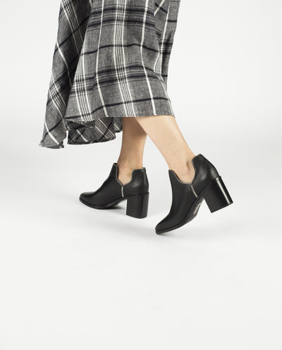 A black leather ankle boot by Senso. The 'Huntley' features a block heel, zipper fringing and a soft pointed toe.