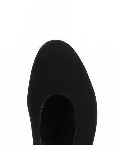 A black nubuck leather classic court shoe featuring a round toe. Made by ZOMP.