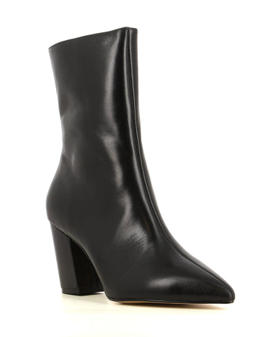 A black leather boot by Zomp. The 'Upflow' has zipper fastening and features a shin high shaft length, a block heel and a pointed toe.