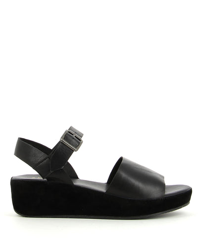 A black leather sandal by 2 Baia Vista. The 'Relder' features a flatform sole, featuring a buckle fastening and a round toe.