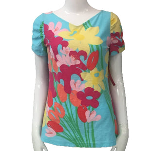 Shirt Short Sleeve by Lilly Pulitzer Size M - BRAND: LILLY PULITZER. SIZE: MEDIUM. STYLE: SHORT SLEEVE SHIRT. COLOR: BLUE, HOT PINK, YELLOW, GREEN. SKU: 40321025181.