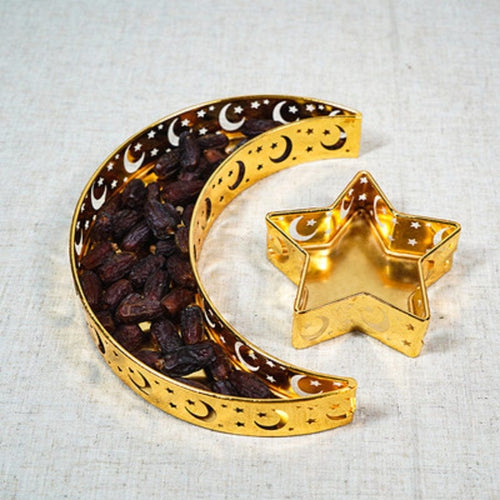 This elegant gold metal tray set in the shape of crescent moon and star serves a variety of functions – use it on the dining table as a serving tray or arrange it on a side table as a decorative display piece.