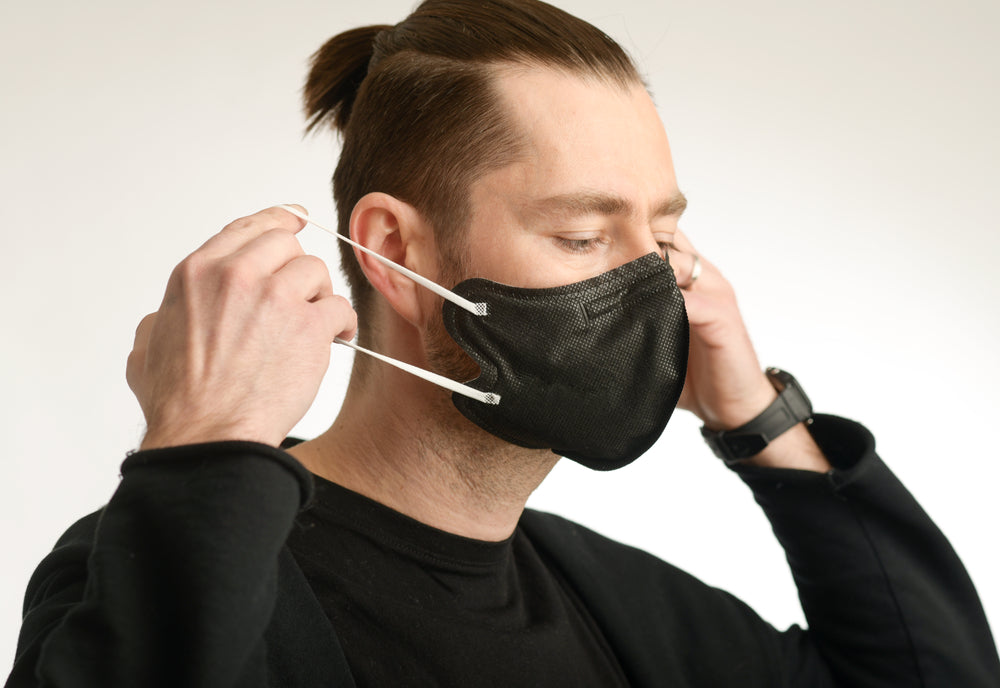 A man wearing a black face mask nano FFP2 - LMI Textiles