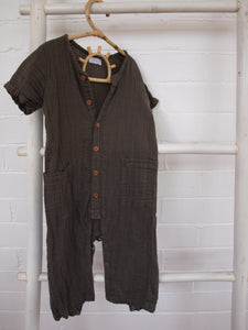 This classic short-sleeve romper in charcoal is made from 100% Organic Cotton Muslin by famous New Zealand baby and kids brand Jamie Kay.