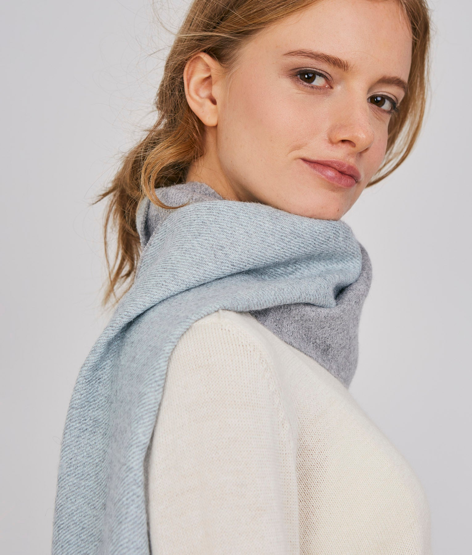 WANDERLUST SARGA SOLID DOUBLE FACE SCARF