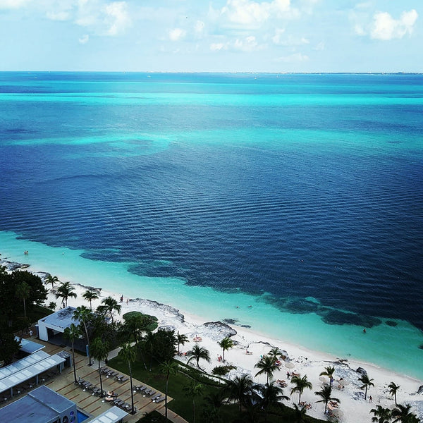Turquoise blue waters off the coast in Cancun.