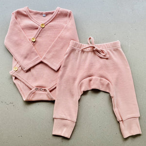 long sleeve baby bodysuit with wooden look buttons  | ribbed material | dusty pink