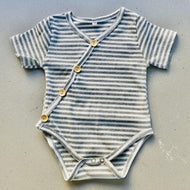 Preorder | short sleeve baby bodysuit with wood look buttons | ribbed | grey stripe