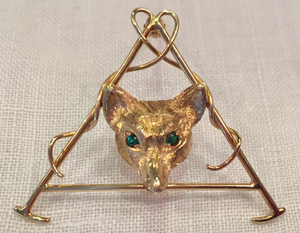 Brooch, fox mask & hunt whip, 10 kt gold w emerald eyes