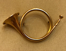 Load image into Gallery viewer, Brooch, French hunting horn, 1920's-1930's, 14 kt gold