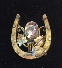 "Load image into Gallery viewer, Brooch, Vintage horse shoe featuring a (new) CZ ""diamond"", 9 k yellow, rose & green gold plated"