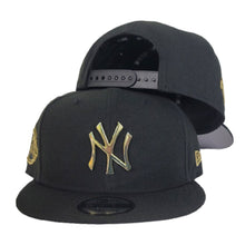 Load image into Gallery viewer, New Era Black New York Yankees Gold Metal Badge 9Fifty Snapback