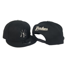 Load image into Gallery viewer, New Era Black New York Yankees Silver Metal Badge Snapback hat