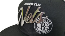 Load image into Gallery viewer, New Era Brooklyn Nets Scrip Silver Metal Badge Logo 9Fifty Snapback