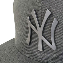 Load image into Gallery viewer, New York Yankees Black Metal Badge New Era 9Fifty Snapback