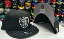 Load image into Gallery viewer, New Era NFL Shield Oakland Raiders 9Fifty Snapback Black & white