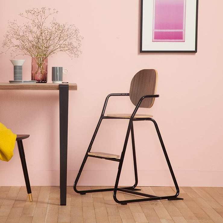 Looking for an evolutive high chair with a modern design and a nice colour? Search no more and discover this lovely high chair designed by Charlie Crane.