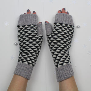 SAMPLE SALE Triangle mitts - monochrome