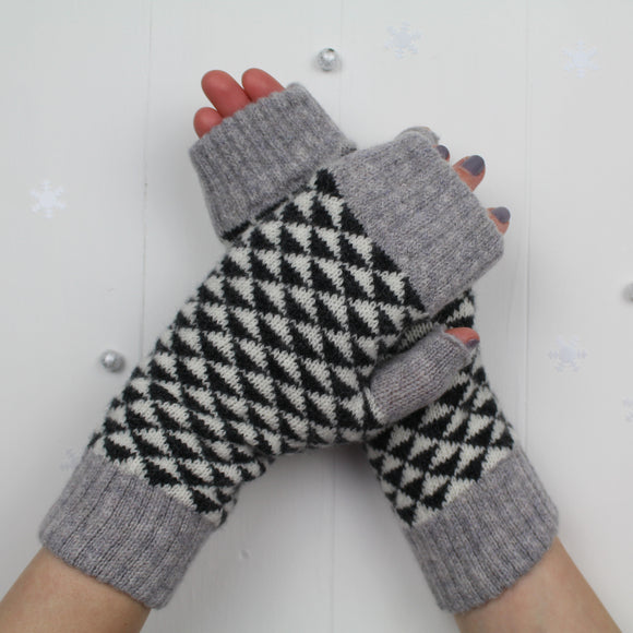 Triangle mitts - monochrome