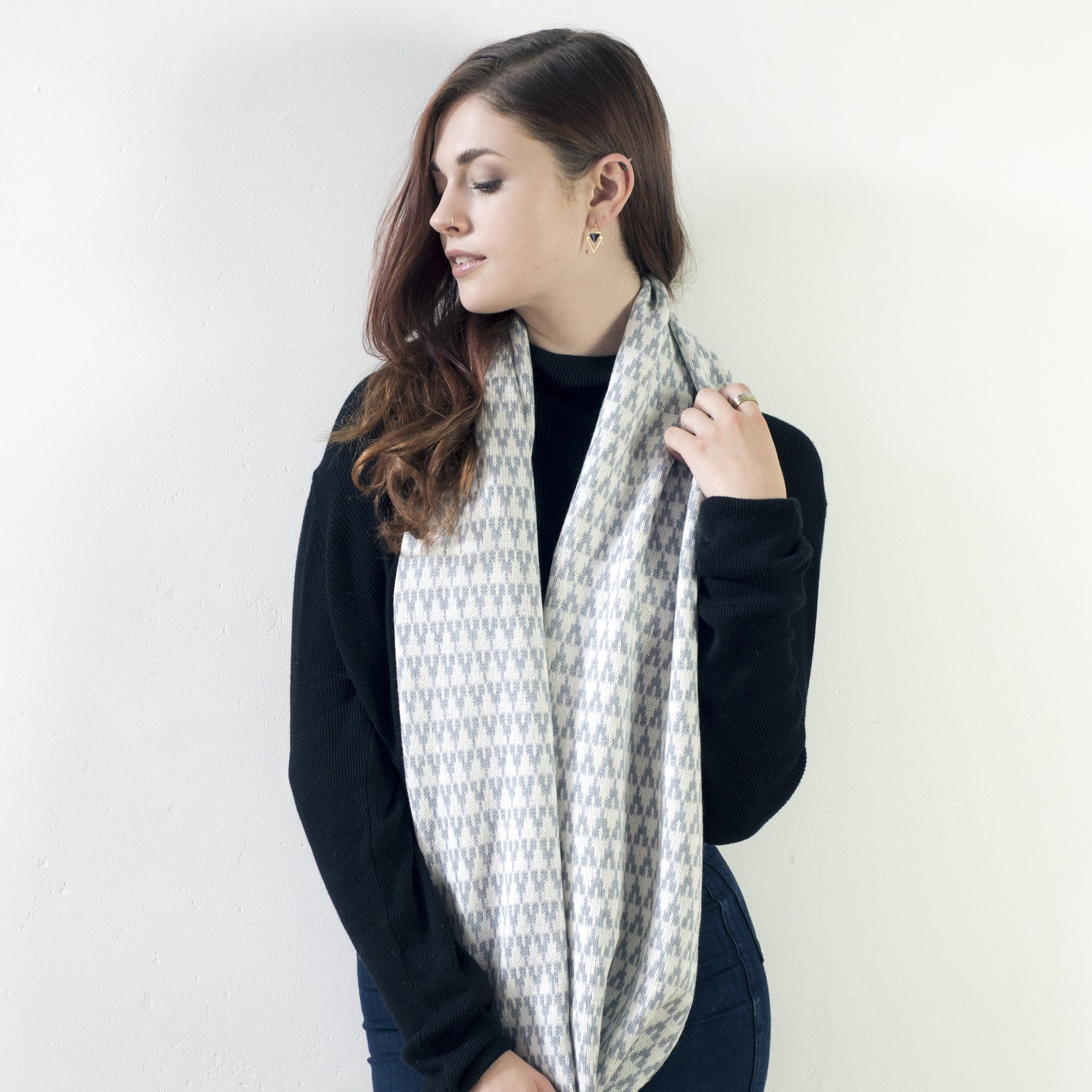 Arrow circle scarf - seal and white