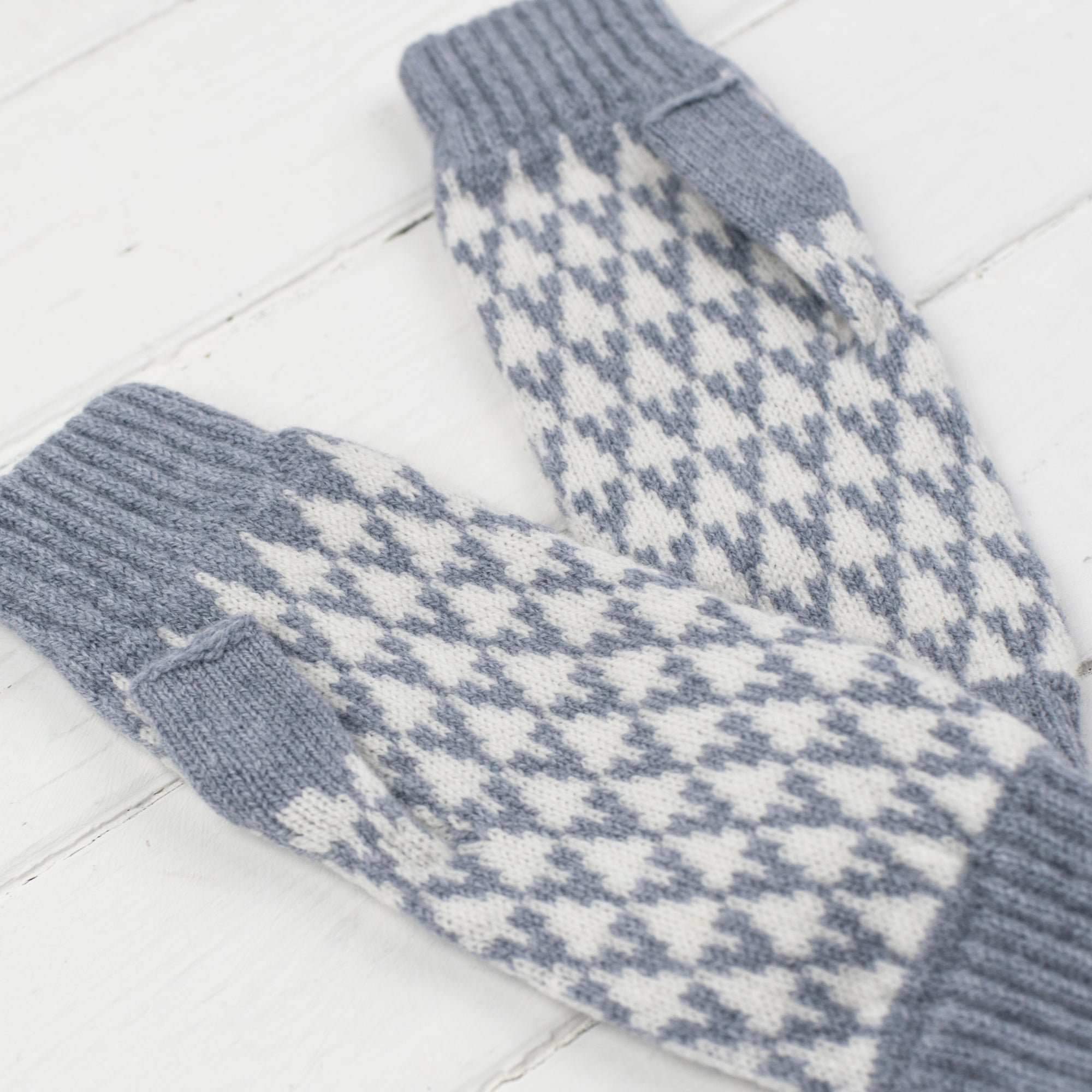 SAMPLE SALE Arrow mitts - seal and white