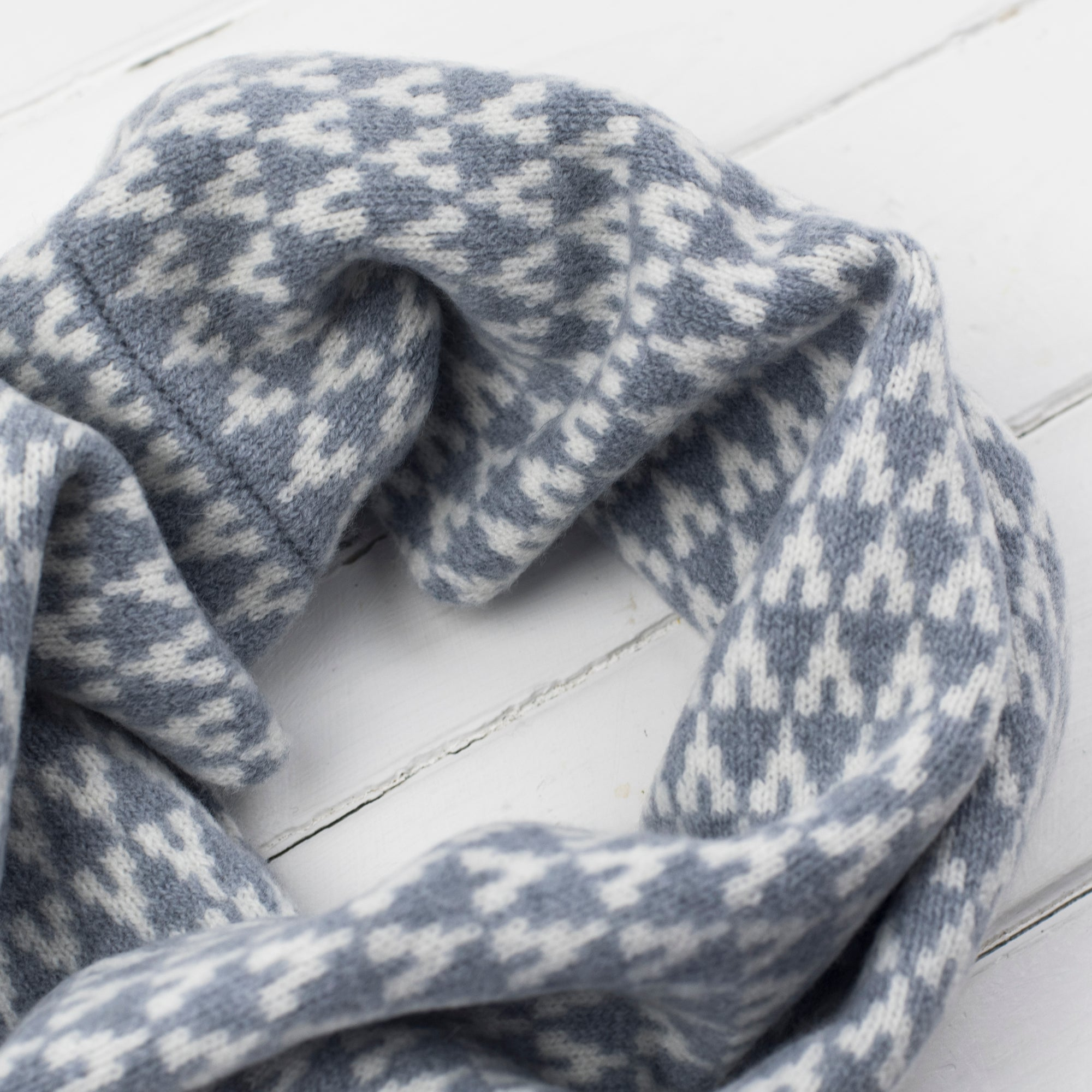 Arrow snood / cowl - seal/ white